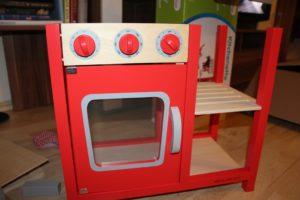 Die Spielküche aus Holz im Aufbau