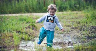 Kind spielt in der Natur © Kseniia
