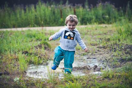92b8e25aa2b97c Kind spielt in der Natur (Fotolia © Kseniia) - Lachen und Spielen