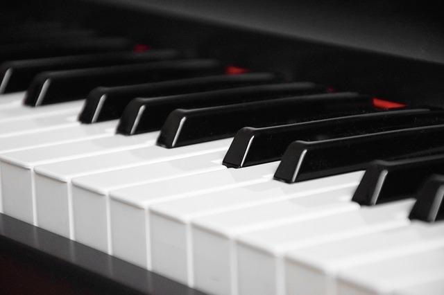 Kinder und die Faszination der Musikinstrumente